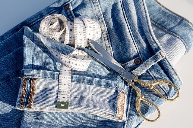 Dżinsy idealnie skrojone – jak dobrać spodnie do sylwetki?