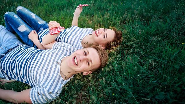 Mężczyzna i kobieta leżą na trawie