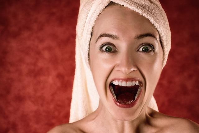 Uśmiechnięta kobieta w ręczniku