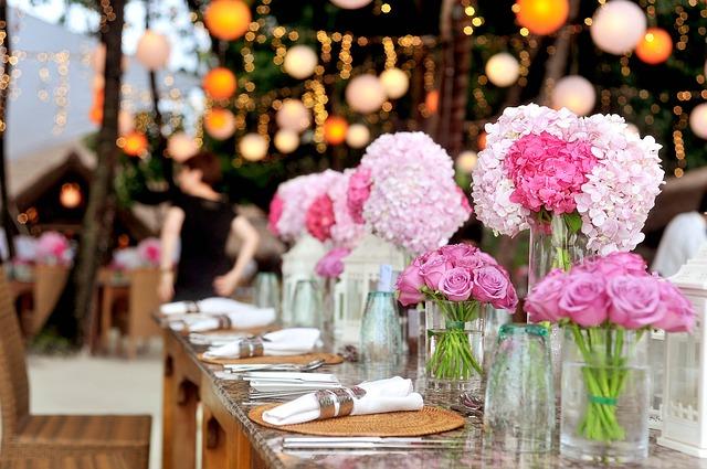 stół z dekoracjami weselnymi i zastawą