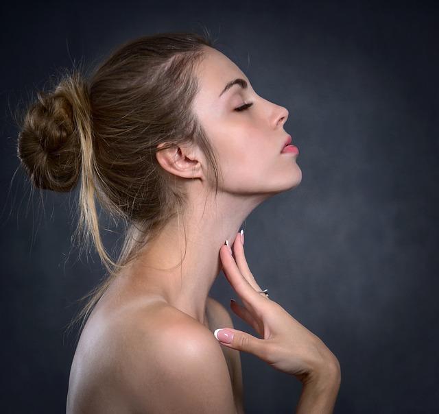 Kobieta dotyka do szyi